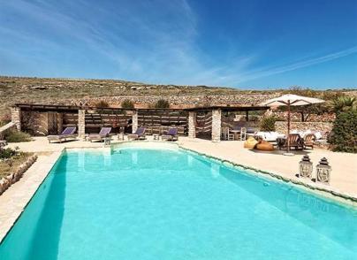 Stylish pool villa in top location