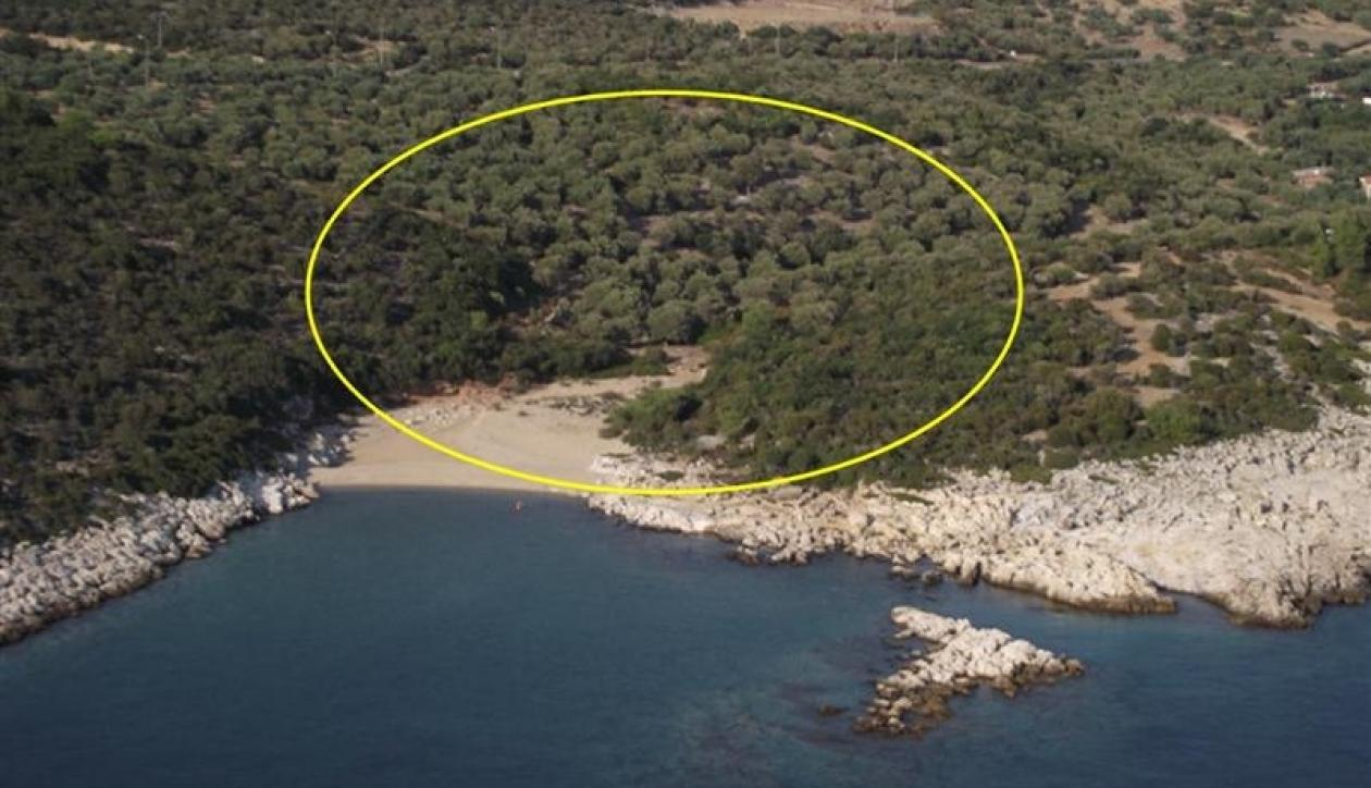 Beachfront plot with private sea access and development potential