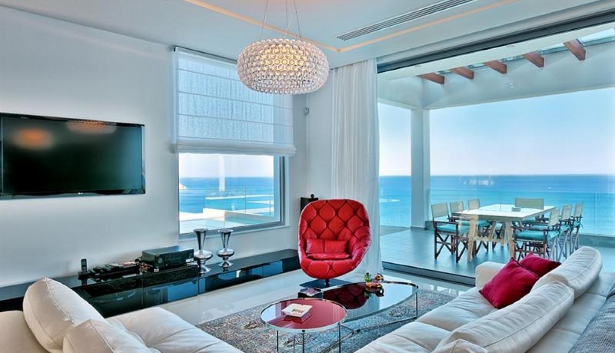 Prestigious seafront villa