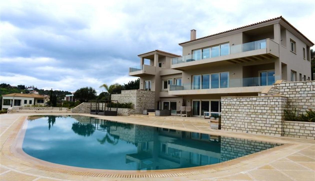 Sprawling luxury villa in prime beachfront location